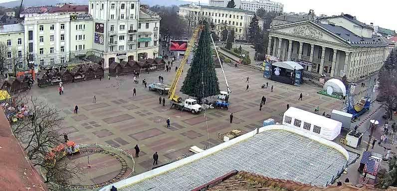 На новорічній ялинці у центрі Тернополя облаштовують ілюмінацію (ФОТО)